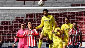 Parejo despeja un balón ante Joao Félix y Suárez.