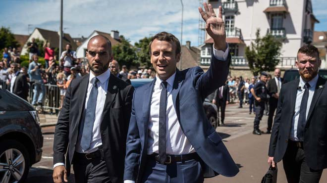 Emmanuel Macrona la salida de la votación parala primera vuelta de las elecciones francesas.
