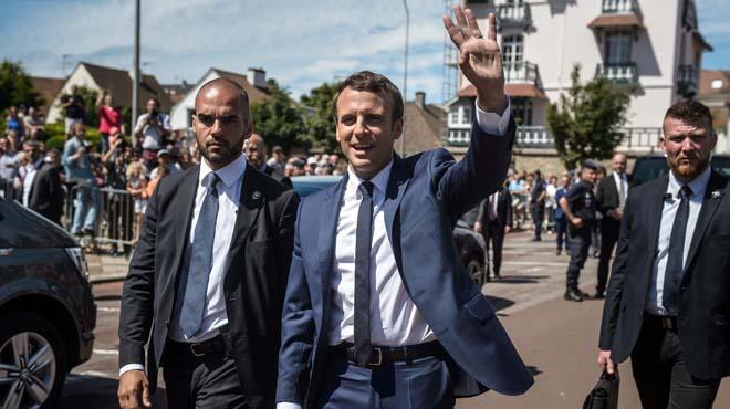 Emmanuel Macron i la seva dona Brigitte Macron voten en la primera volta de les eleccions franceses.
