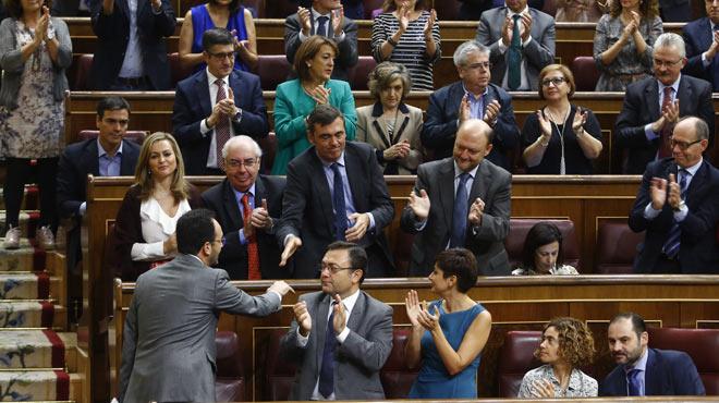 Pedro Sánchez no aplaude las intervenciones de Antonio Hernando en el debate de investidura de Mariano Rajoy.