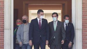 El presidente del Gobierno, Pedro Sánchez,junto a los máximos representantes de patronal y sindicatos; en Moncloa.