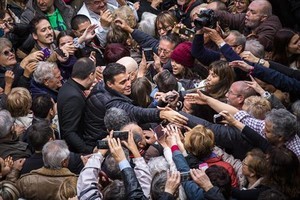 Pedro Sánchez, rodeado de simpatizantes, el pasado noviembre, en el acto de Xirivella.