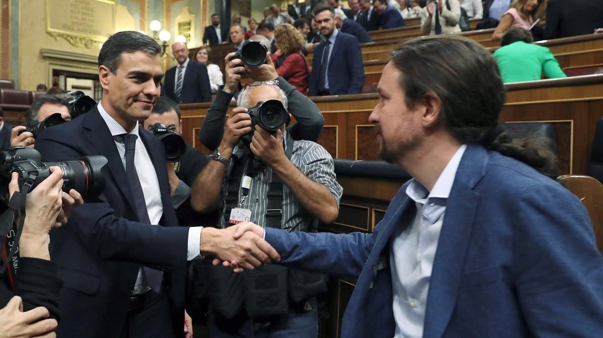 Pedro Sánchez saluda aPablo Iglesias en el hemiciclo del Congreso tras el debate de la moción de censura.