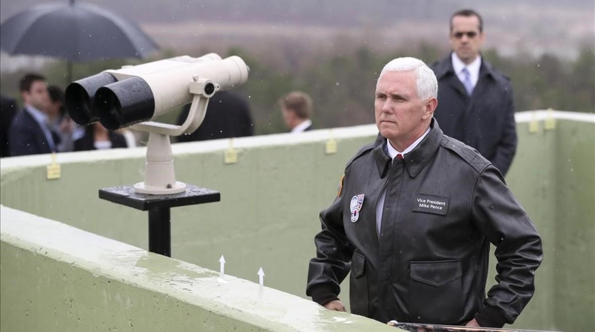 Pence, en un puesto de observación de la Zona Desmilitarizada.
