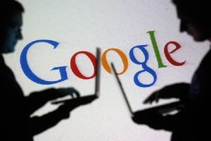 La silueta de dos hombres con el logo de Google de fondo.