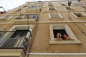 Personal dedicado a detectar pisos turísticos ilegales charlan con vecinos