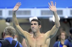 Phelps, brazos en alto, en su despedida de la natación