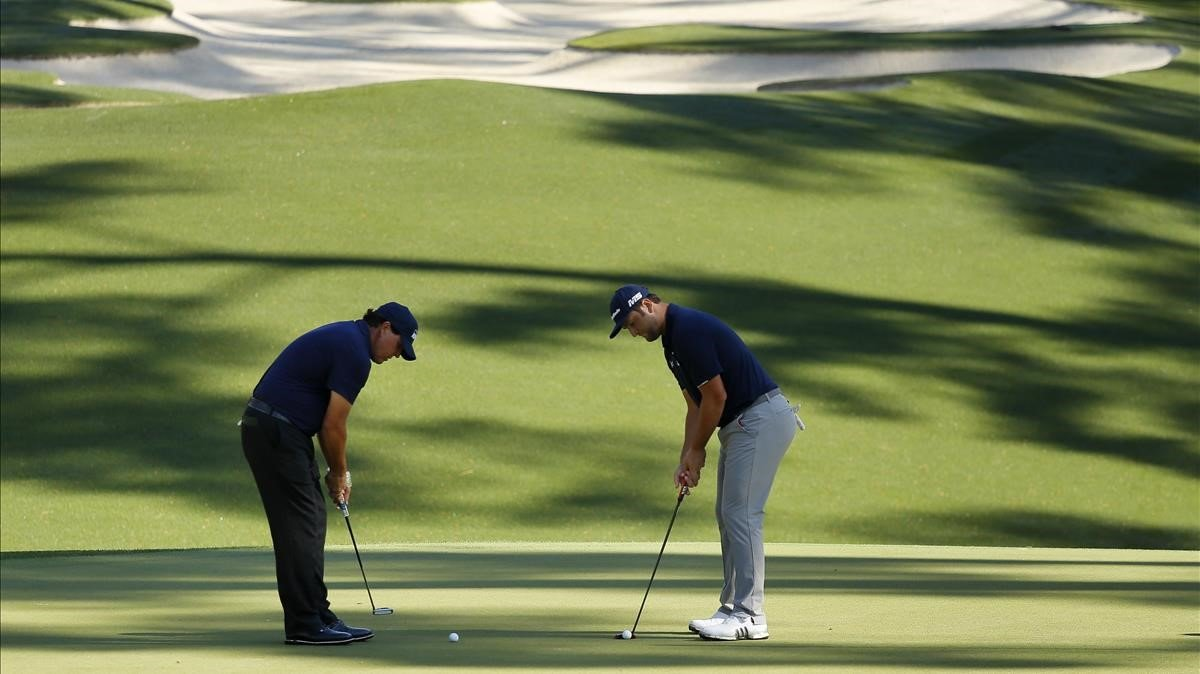Phil Mickelson (izquierda) y Rahm patean en la ronda de prácticas de este miércoles en Augusta.