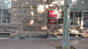 Pintadas en la fachada de la sede del PSC en Sant Martí.