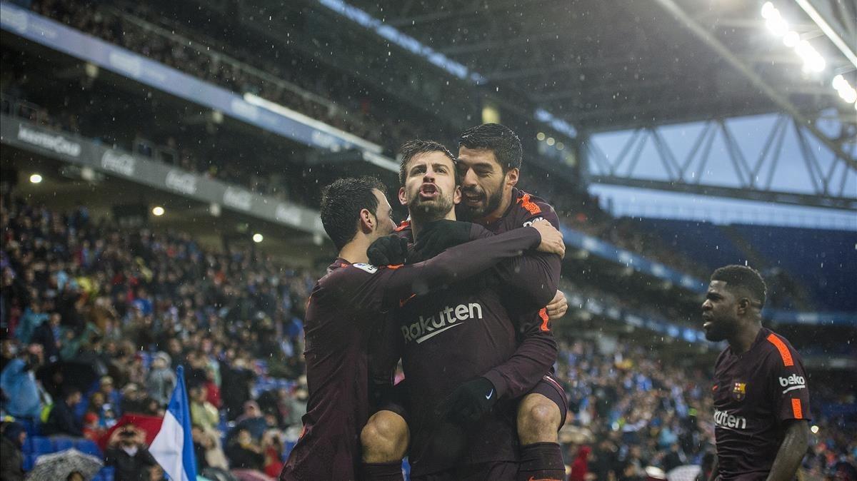 Piqué se encara con el público tras marcar su gol.