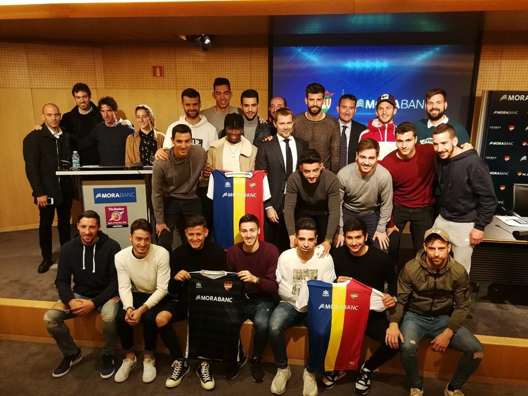 Gerard Piqué posa con los jugadores y colaboradores del FC Andorra, en Andorra la Vella.