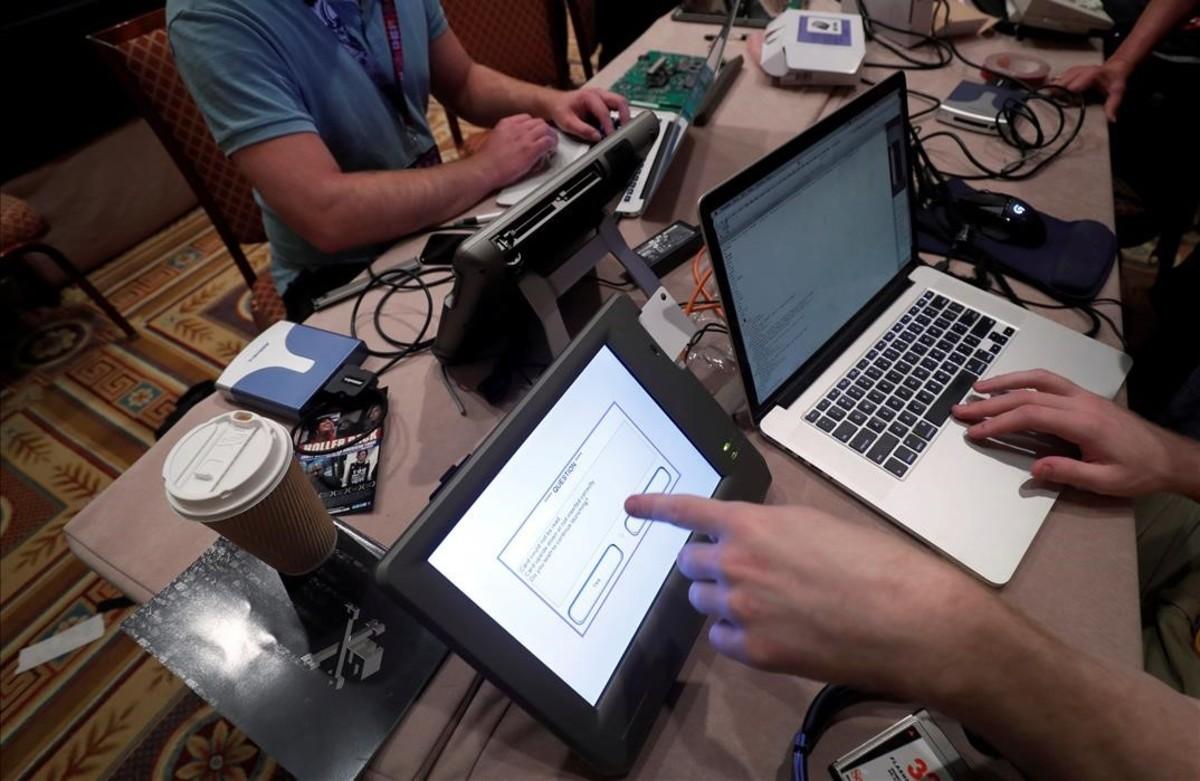 Piratas informáticos intentan acceder y cambiar los datos a la replica del sistema electoral durante el congreso Def Con en Las Vegas.