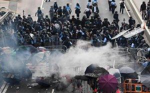 Policía y manifestantes se enfrentan en las calles de Hong Kong.