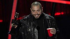 Post Malone celebra el premio amejor artista en los premios Billboard. Foto deCHRIS PIZZELLO (AP)