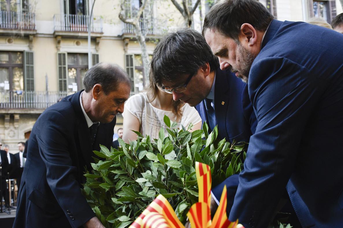 El 'president' Carles Puigdemont y el vicepresidente de la Generalitat, Oriol Junqueras, depositan la ofrenda floral ante el monumento de Rafael Casanova.