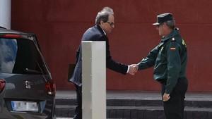 El presidentde la Generalitat,Quim Torra, saluda a un guardia civil a su llegada hoy a la cárcel madrileñaa de Estremera.