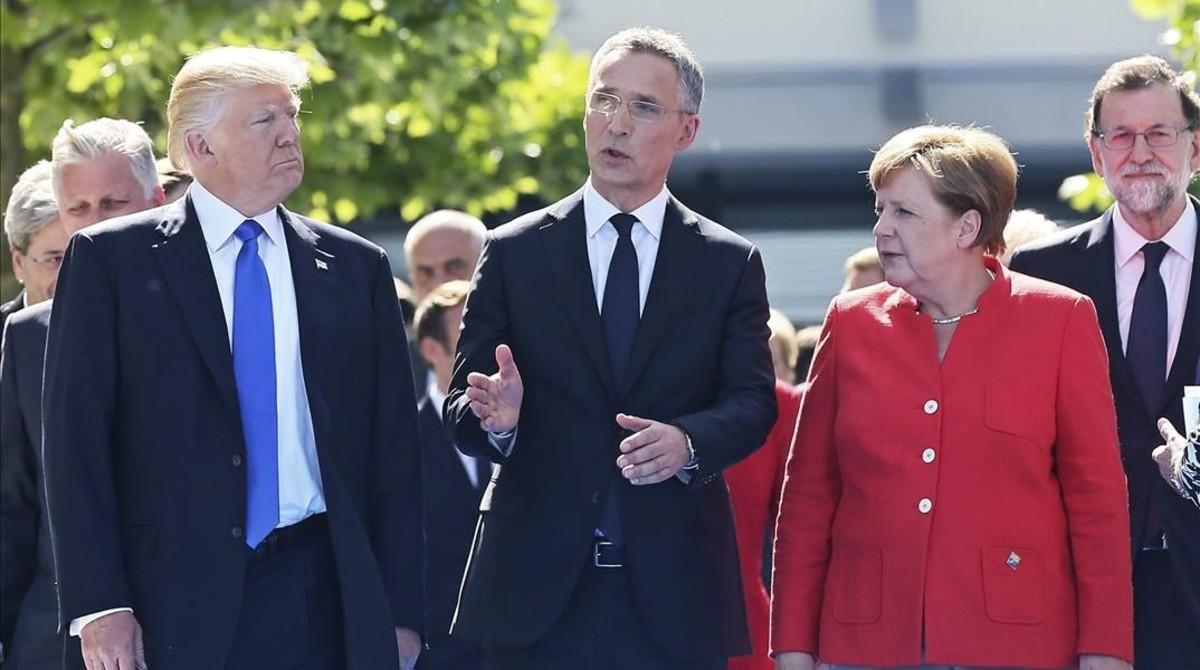 El presidente estadounidense Donald Trump , el secretario general de la OTAN , Jens Stoltenberg, y la cancillera alemana, Angela Merkel, en Bruselas.