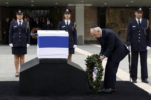 El presidente israelí Shimon Peres rinde tributo al exprimer ministro fallecido el sábado.