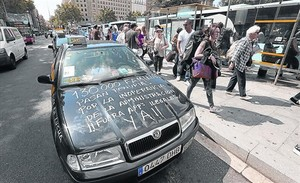 Protesta de taxistas contra Uber en la parada de plaza de Catalunya de Barcelona.
