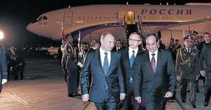 Putin, recibido por el presidente egipcio Al Sisi, en el aeropuerto de El Cairo.