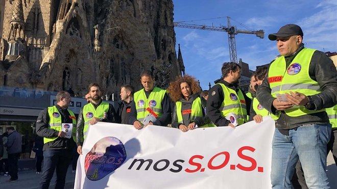 Protesta de Mossos ante la Sagrada Família por falta de agentes.