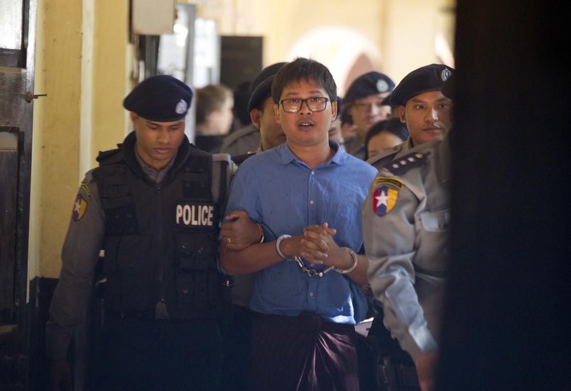 El reportero de la agencia de notícias británica Reuters escoltado por la policía birmana.