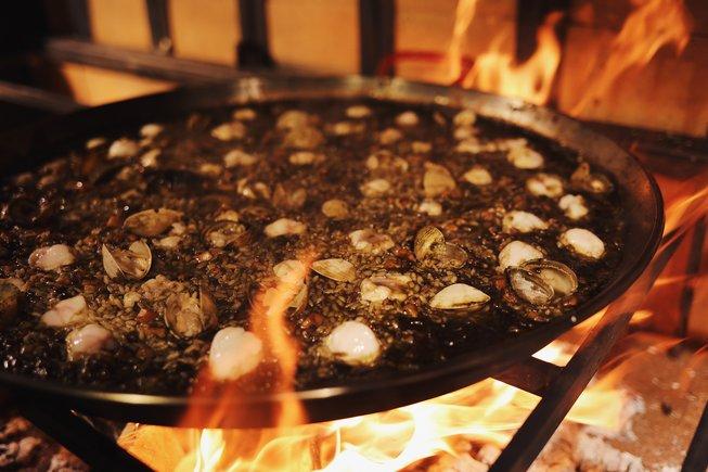 En el restaurante Cadaqués, los arroces se cocinan con fuego de leña.