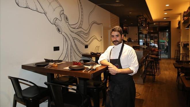 El cocinero Víctor García, junto a un calamar, que extiende sus tentáculos.