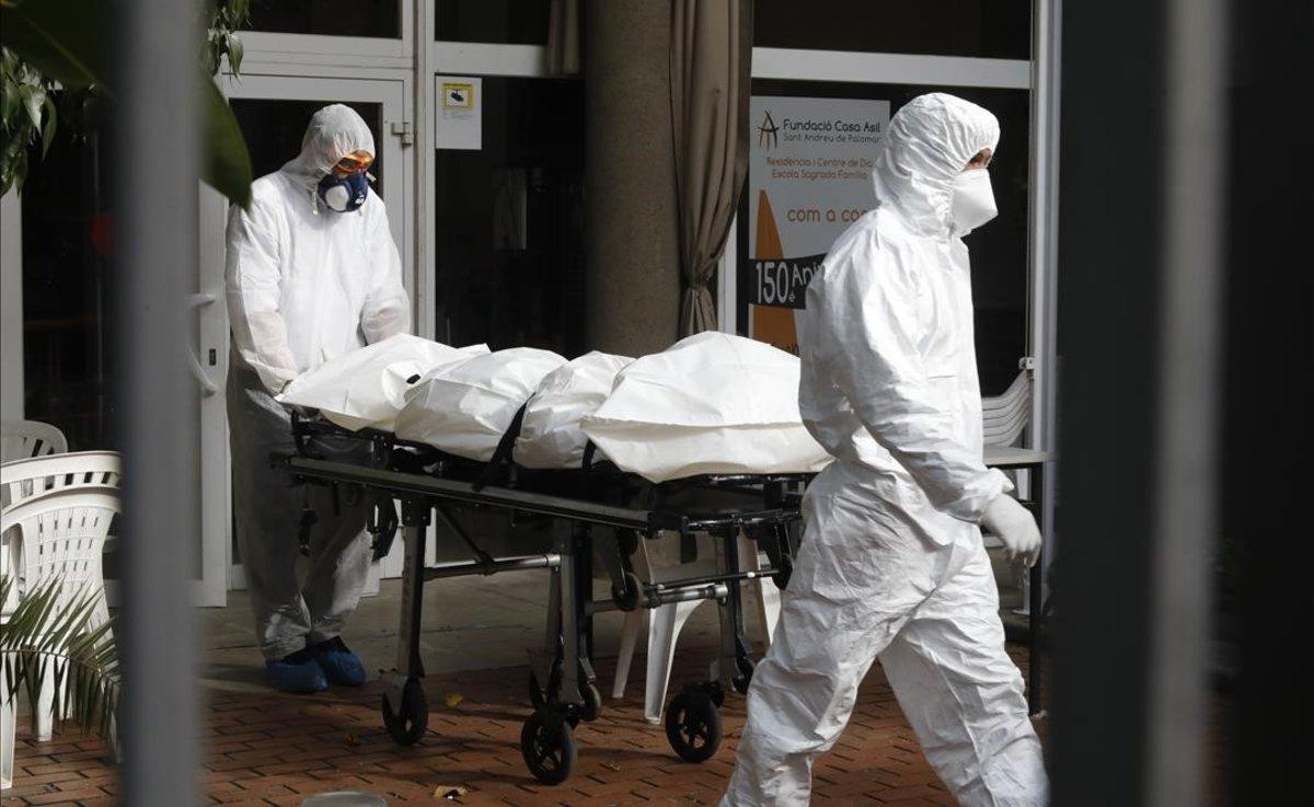 Retirada de un cadáver en la Fundació Casa Asil Sant Andreu de Palomar, en Barcelona.