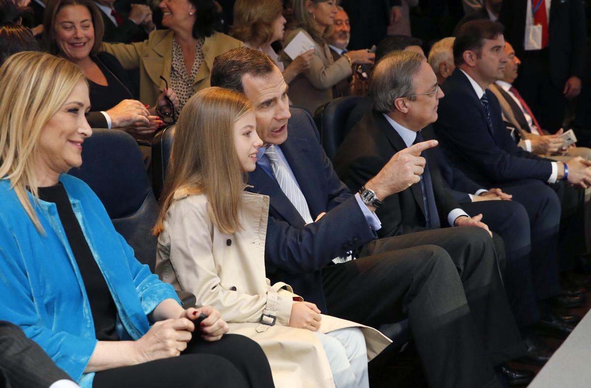 El rey Felipe VI, acompañado de su hija, la infanta Sofía, y la presidenta de la Comunidad de Madrid, Cristina Cifuentes, en el palco del Bernabéu.