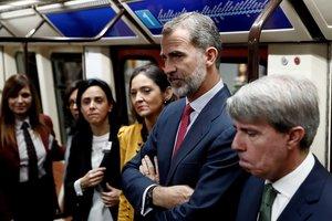 El rey Felipe VI, la ministra de Industria, Reyes Maroto, y el presidente de la Comunidad, Ángel Garrido, en un vagón del Metro de Madrid.