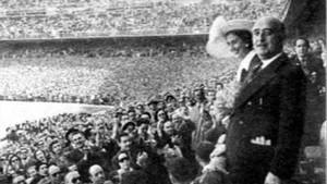 Francisco Franco, en el palco del campo de fútboldel Real Madrid.