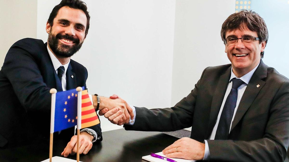 El president del Parlament, Roger Torrent, y el candidato a se investido presidente de la Generalitat, Carles Puigdemont, en Bruselas