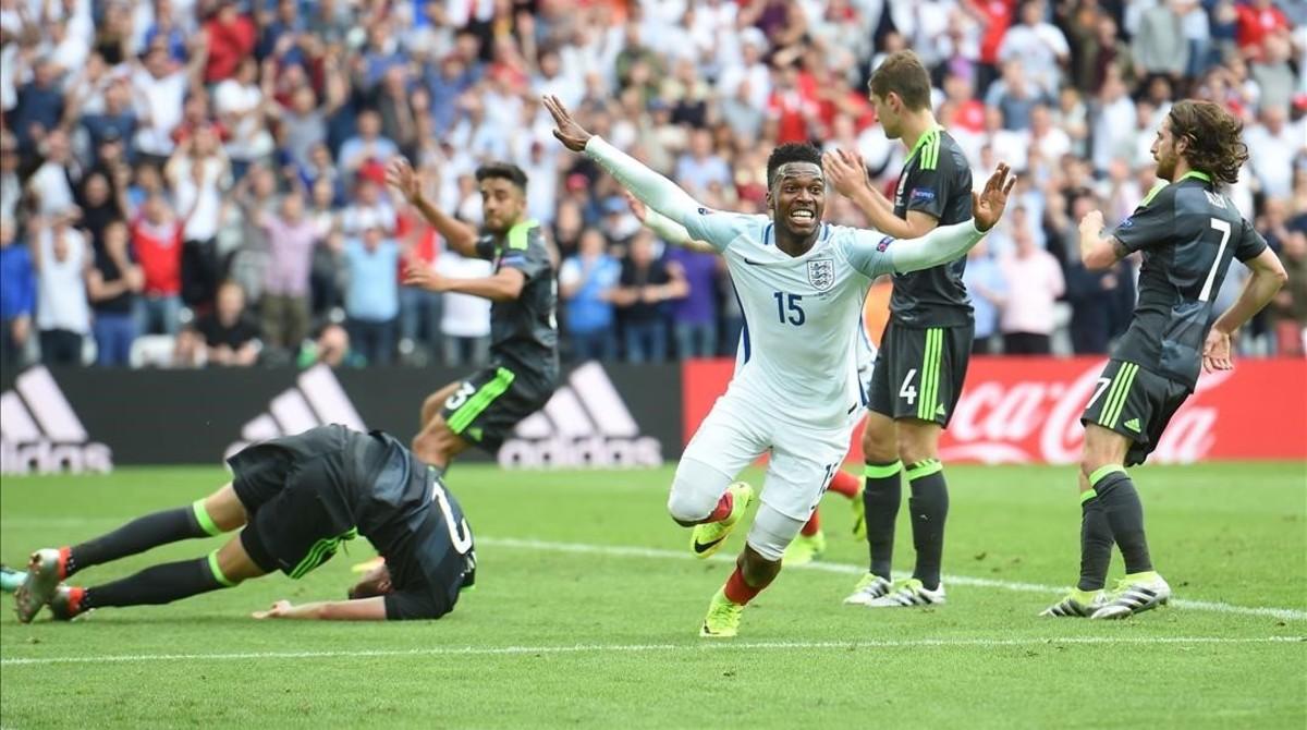 Sturridge celebra el gol del triunfo de Inglaterra ante la desesperación de los galeses.