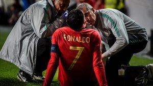 Cristiano Ronaldo, atendido tras la lesión.