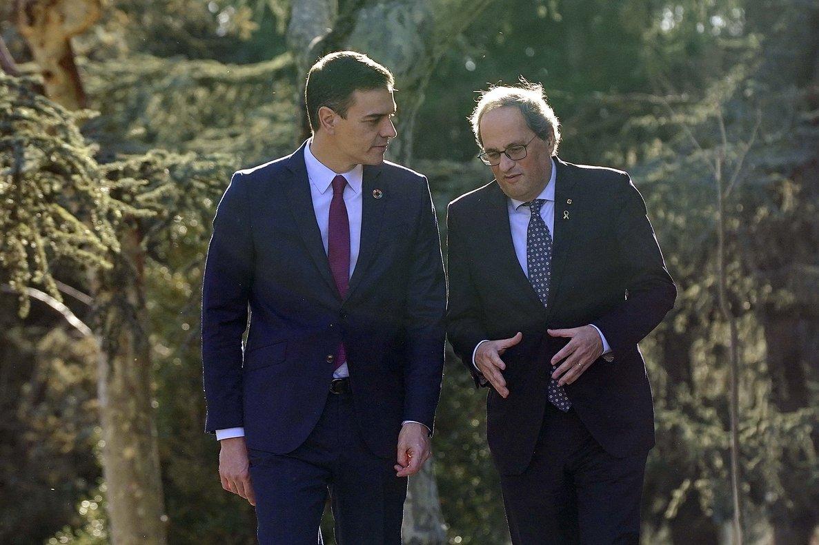 Sánchez y Torra, en los jardines del Palacio de la Moncloa, antes de la reunión del 26 de febrero.