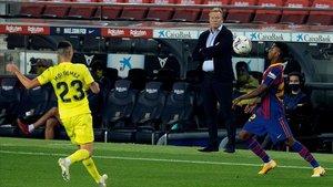 Ronald Koeman observa a Ansu Fati, en la victoria contra el Villarreal.
