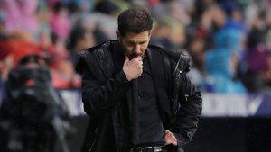 Simeone busca soluciones para batir al Barça, ayer en el Wanda.