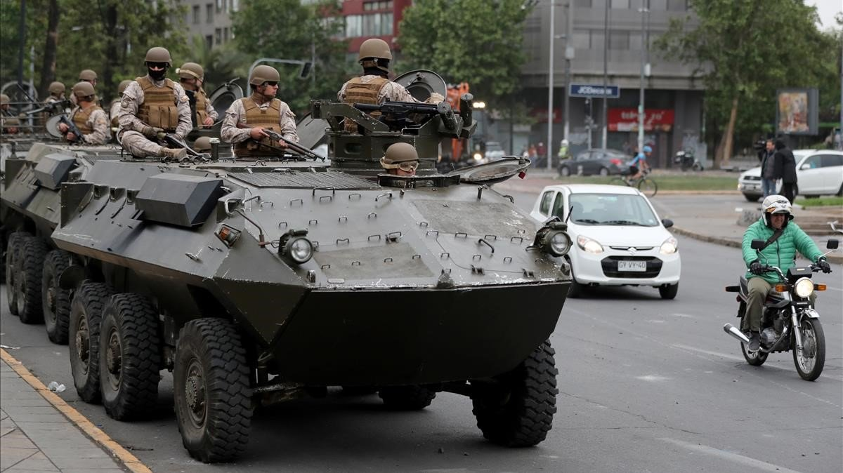 Soldados patrullan por las calles de Santiago, este domingo.