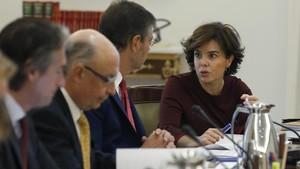 Soraya Sánez de Santamaría conversa con Rafael Catalá, junto al ministro Cristóbal Montoro e Íñigo de la Serna, este sábado, al inicio del Consejo de Ministros extraordinaro.