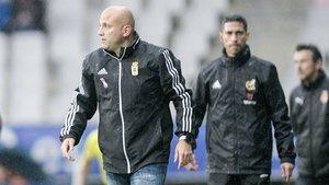 El técnico del Oviedo, Javi Rozada, con Juan Carlos Unzué al fondo.