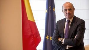 El ministro de Economía, Luis de Guindos, posa en su despacho, en una imagen de archivo.