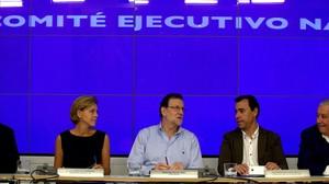 El presidente del PP, Mariano Rajoy, junto a otros dirigentes de su partido este sábado en la reunión del comité ejecutivo conservador.