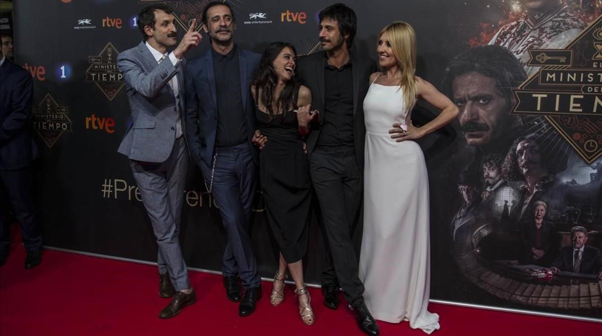 Julián Villagrán, Nacho Fresneda, Macarena García, Hugo Silva y Cayetana Guillén Cuervo, en la alfombra roja.