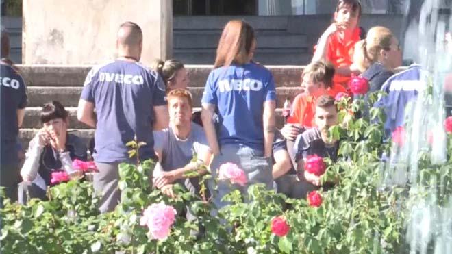 Trabajadores de Iveco vuelven a concentrarse en repulsa por la muerte de su compañera.