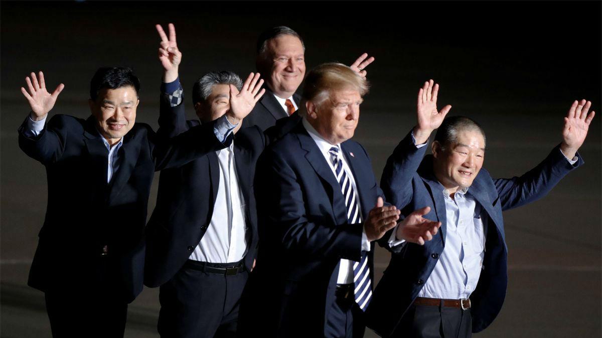 Trump y Pompeo junto a los tres liberados.