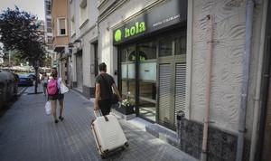 Un turista con maletas, en la calle Onze de Setembre de LHospitalet.