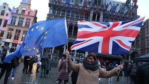 Una británica sostiene las banderas de la UE y el Reino Unido, este jueves, en Bruselas.