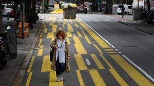 Una ciudadana pasea por la acera extra de Consell de Cent.