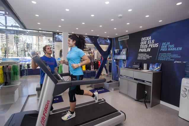 Una corredora efectua una prova d'anàlisi de trepitjada a la botiga Asics de Barcelona.